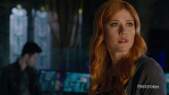 Resultado de imagem para Shadowhunters: foto da 2ª temporada traz Clary pronta para lutar