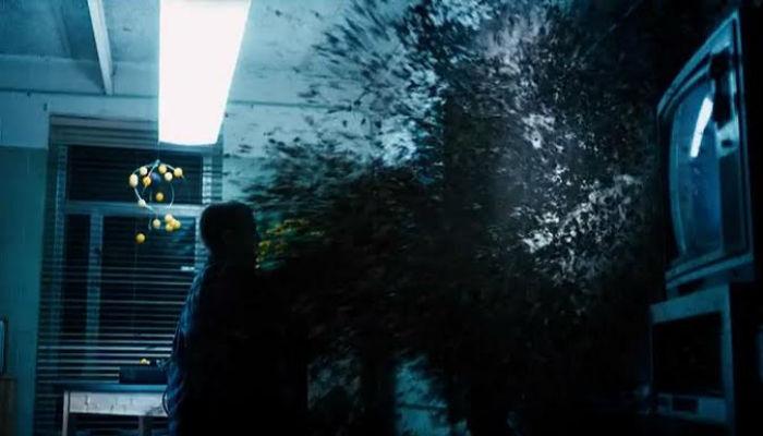 Eleven matando a criatura em Stranger Things.