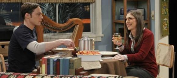 Sheldon e Amy comendo macarrão
