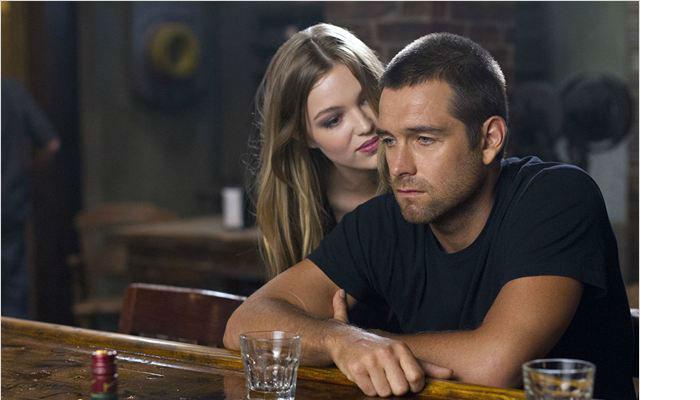 Rebecca e Lucas em uma cena da série.