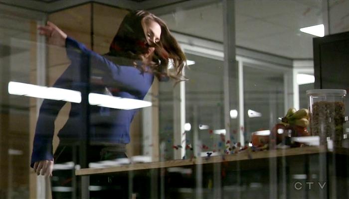 Conviction 1x07 Hayes derruba M&Ms no chão